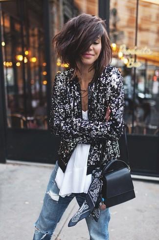 Wie kombinieren: schwarze Paillette Bomberjacke, weißes ärmelloses Oberteil aus Chiffon, blaue Boyfriend Jeans mit Destroyed-Effekten, schwarze Leder Umhängetasche