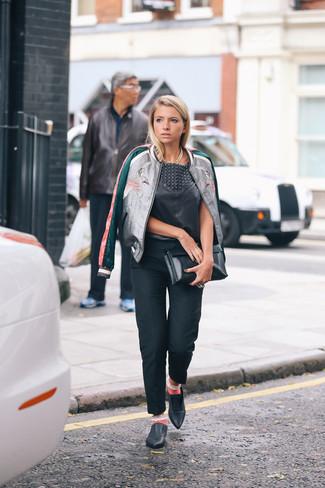 Rosa Socken kombinieren: trends 2020: Die Kombi aus einer silbernen Bomberjacke und rosa Socken schafft die perfekte Balance zwischen legerem Casual-Look und modernem Aussehen. Fühlen Sie sich mutig? Entscheiden Sie sich für schwarzen Leder Slipper.