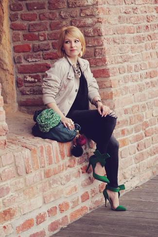 Wie kombinieren: hellbeige Bomberjacke, schwarzes ärmelloses Oberteil aus Seide, dunkelgraue enge Jeans, grüne Wildleder Pumps