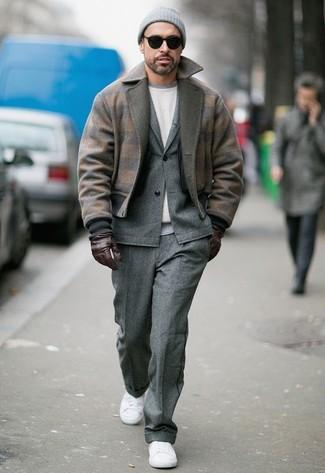 Wie kombinieren: braune Wollbomberjacke, grauer Wollanzug, weißes Sweatshirt, weiße Segeltuch niedrige Sneakers