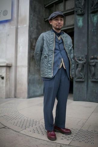 Schiebermütze kombinieren – 571+ Herren Outfits: Eine mintgrüne Bomberjacke und eine Schiebermütze sind eine gute Outfit-Formel für Ihre Sammlung. Dunkelrote Leder Derby Schuhe bringen Eleganz zu einem ansonsten schlichten Look.