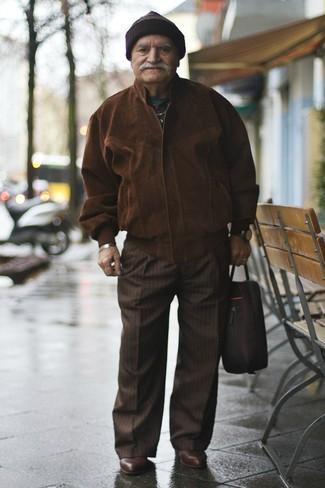 Braune Mütze kombinieren – 159 Herren Outfits: Eine dunkelbraune Wildleder Bomberjacke und eine braune Mütze sind das Outfit Ihrer Wahl für faule Tage. Fühlen Sie sich ideenreich? Entscheiden Sie sich für dunkelbraunen Chelsea Boots aus Leder.