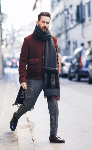 Wie kombinieren: rotbraune Wollbomberjacke, graue Wollanzughose, dunkelbraune Leder Slipper, dunkelgrauer Schal