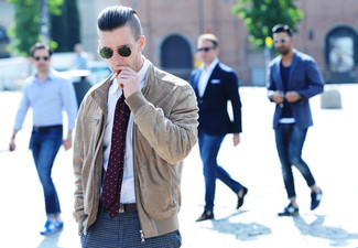 Wie kombinieren: beige Wildleder Bomberjacke, weißes Businesshemd, graue Anzughose mit Hahnentritt-Muster, lila gepunktete Krawatte