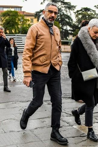 Wie kombinieren: beige Leder Bomberjacke, schwarze enge Jeans, schwarze Lederfreizeitstiefel, schwarzer und weißer Bandana