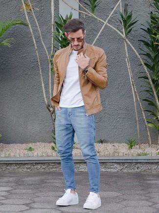 Wie kombinieren: beige Leder Bomberjacke, weißes T-Shirt mit einem Rundhalsausschnitt, hellblaue Jeans, weiße Leder niedrige Sneakers