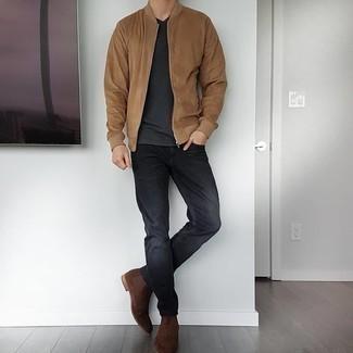 Dunkelgraue Jeans kombinieren – 500+ Herren Outfits: Entscheiden Sie sich für eine beige Bomberjacke und dunkelgrauen Jeans, um einen lockeren, aber dennoch stylischen Look zu erhalten. Fühlen Sie sich ideenreich? Ergänzen Sie Ihr Outfit mit dunkelbraunen Chelsea Boots aus Wildleder.