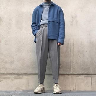 Wie kombinieren: blaue Wollbomberjacke, grauer Rollkragenpullover, graue Wollanzughose, hellbeige Sportschuhe