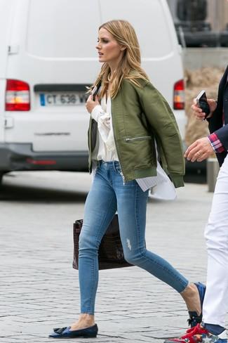Wie kombinieren: olivgrüne Bomberjacke, hellbeige Bluse mit Knöpfen, weißes vertikal gestreiftes ärmelloses Hemd, hellblaue enge Jeans mit Destroyed-Effekten