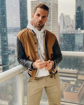 Wie kombinieren: braune Bomberjacke, weißer Pullover mit einem Kapuze, beige Chinohose, braune Lederuhr