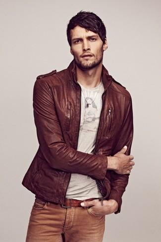 Die Vielseitigkeit von einer braunen Leder Bomberjacke und beige Jeans machen sie zu einer lohnenswerten Investition.