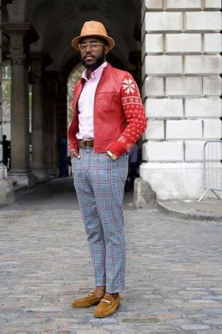 Wie kombinieren: rote Leder Bomberjacke, rosa Businesshemd, hellblaue Anzughose mit Schottenmuster, senf Wildleder Slipper