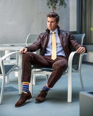 Wie kombinieren: dunkelbraune Leder Bomberjacke, hellblaues Businesshemd, dunkelbraune Anzughose, dunkelbraune Wildleder Brogues