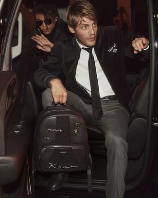 Wie kombinieren: schwarze Samt Bomberjacke, weißes Businesshemd, dunkelgraue Wollanzughose, schwarze Chelsea-Stiefel aus Leder