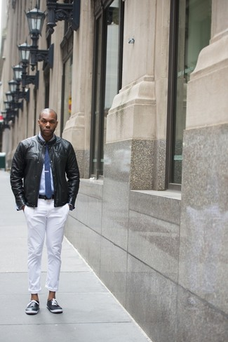 Vereinigen Sie eine Schwarze Leder Bomberjacke mit einer Weißen Chinohose für ein großartiges Wochenend-Outfit. Fühlen Sie sich ideenreich? Wählen Sie Schwarzen Niedrige Sneakers.