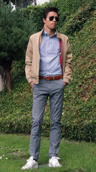 Wie kombinieren: hellbeige Bomberjacke, graues Businesshemd, graue Chinohose, weiße Leder niedrige Sneakers
