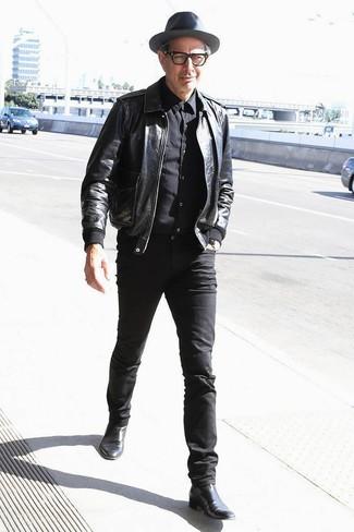 Wie kombinieren: schwarze Leder Bomberjacke, schwarzes Businesshemd, schwarze enge Jeans, schwarze Chelsea-Stiefel aus Leder