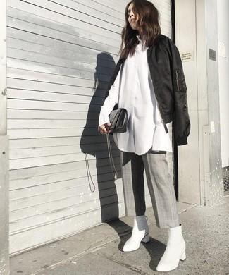 Wie kombinieren: schwarze Bomberjacke, weißes Businesshemd, grauer Hosenrock mit Karomuster, weiße Leder Stiefeletten