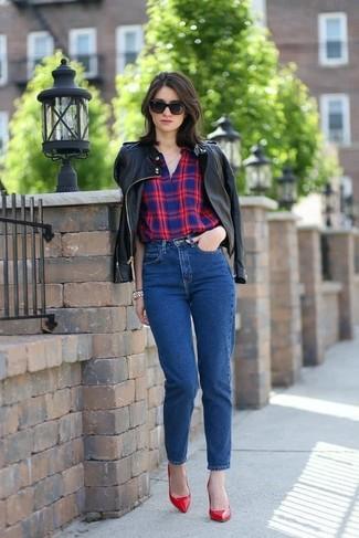 Wie kombinieren: schwarze Leder Bomberjacke, rotes und dunkelblaues Businesshemd mit Schottenmuster, blaue Jeans, rote Leder Pumps