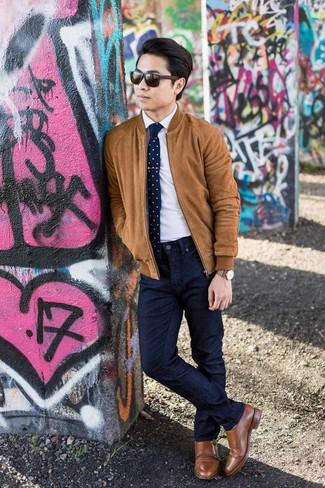 Dunkelblaue und weiße Strick Krawatte kombinieren: trends 2020: Erwägen Sie das Tragen von einer rotbraunen Wildleder Bomberjacke und einer dunkelblauen und weißen Strick Krawatte für einen stilvollen, eleganten Look. Fühlen Sie sich ideenreich? Vervollständigen Sie Ihr Outfit mit braunen Doppelmonks aus Leder.