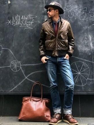 Herren Outfits & Modetrends 2020: Die Kombination von einer braunen Bomberjacke und blauen Jeans erlaubt es Ihnen, Ihren Freizeitstil klar und einfach zu halten. Setzen Sie bei den Schuhen auf die klassische Variante mit einer dunkelroten Lederfreizeitstiefeln.