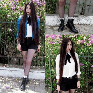 Wie kombinieren: blaue Leder Bomberjacke, weißes Businesshemd, schwarze Shorts, schwarze flache Stiefel mit einer Schnürung aus Leder
