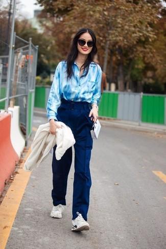 Wie kombinieren: weiße Fleece-Bomberjacke, hellblaues Mit Batikmuster Businesshemd, dunkelblaue weite Hose, weiße Sportschuhe