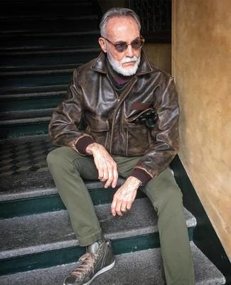 Wie kombinieren: braune Leder Bomberjacke, olivgrüne Chinohose, olivgrüne hohe Sneakers aus Leder, mehrfarbiger Schal