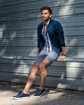 Wie kombinieren: dunkelblaue Bomberjacke, dunkelblaues und weißes vertikal gestreiftes Kurzarmhemd, blaue Leinen Shorts, dunkelblaue Leder niedrige Sneakers