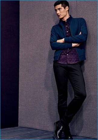 Wie kombinieren: dunkelblaue Bomberjacke, dunkelblaues bedrucktes Langarmhemd, schwarze Chinohose, schwarze Chelsea-Stiefel aus Leder