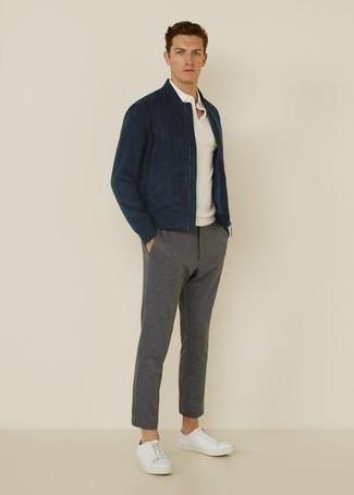 Casual Outfits Herren 2020: Kombinieren Sie eine dunkelblaue Bomberjacke mit einer grauen Chinohose für einen bequemen Alltags-Look. Fühlen Sie sich ideenreich? Wählen Sie weißen Segeltuch niedrige Sneakers.