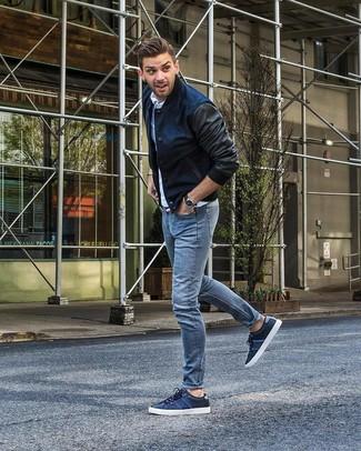 Wie kombinieren: dunkelblaue Bomberjacke, weißes Polohemd, hellblaue Jeans, dunkelblaue niedrige Sneakers