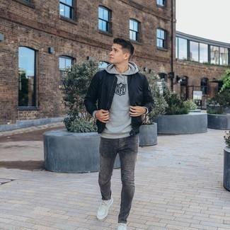 Graue Jeans kombinieren – 1200+ Herren Outfits: Erwägen Sie das Tragen von einer dunkelblauen Bomberjacke und grauen Jeans, um mühelos alles zu meistern, was auch immer der Tag bringen mag. Weiße Segeltuch niedrige Sneakers sind eine ideale Wahl, um dieses Outfit zu vervollständigen.
