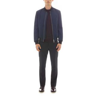 Wie kombinieren: dunkelblaue Bomberjacke, dunkelroter Pullover mit einem Rundhalsausschnitt, schwarze Anzughose, dunkelrote Chelsea-Stiefel aus Leder