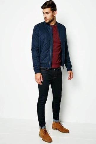 Wie kombinieren: dunkelblaue gesteppte Bomberjacke, dunkelroter Pullover mit einem Rundhalsausschnitt, schwarze enge Jeans, beige Chukka-Stiefel aus Wildleder