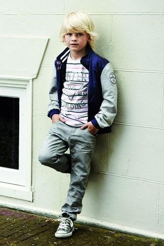 Wie kombinieren: dunkelblaue Bomberjacke, weißer horizontal gestreifter Pullover, graue Jeans, graue Turnschuhe