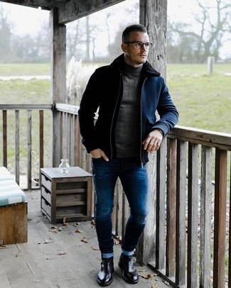 Wie kombinieren: dunkelblaue Wollbomberjacke, dunkelgrauer Rollkragenpullover, blaue enge Jeans, schwarze Chelsea-Stiefel aus Leder