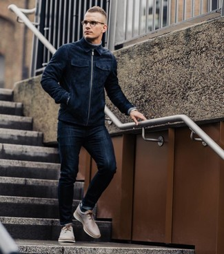 Wie kombinieren: dunkelblaue Wildleder Bomberjacke, grauer Rollkragenpullover, dunkelblaue enge Jeans, hellbeige Leder Derby Schuhe