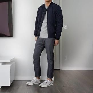 Dunkelgraue Jeans kombinieren – 500+ Herren Outfits: Entscheiden Sie sich für eine dunkelblaue gesteppte Bomberjacke und dunkelgrauen Jeans für ein bequemes Outfit, das außerdem gut zusammen passt. Komplettieren Sie Ihr Outfit mit weißen Leder niedrigen Sneakers.