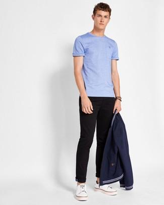 Wie kombinieren: dunkelblaue Bomberjacke, hellblaues T-Shirt mit einem Rundhalsausschnitt, schwarze Chinohose, weiße Leder niedrige Sneakers