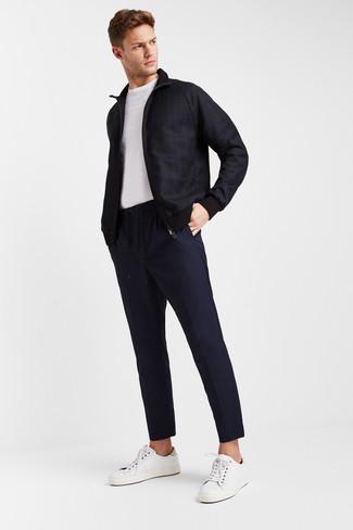 Wie kombinieren: dunkelblaue Bomberjacke mit Schottenmuster, weißes T-Shirt mit einem Rundhalsausschnitt, dunkelblaue Chinohose, weiße Leder niedrige Sneakers