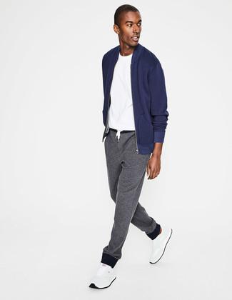 Wie kombinieren: dunkelblaue Bomberjacke, weißes T-Shirt mit einem Rundhalsausschnitt, graue Jogginghose, weiße Sportschuhe