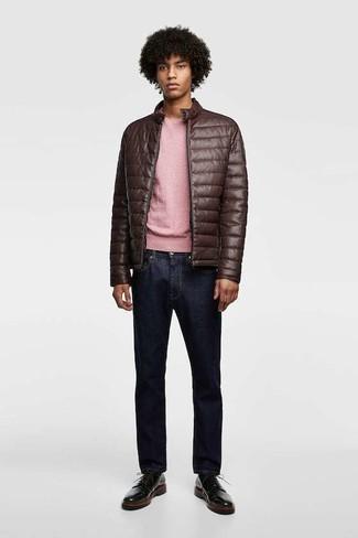 Wie kombinieren: dunkelbraune gesteppte Leder Bomberjacke, rosa Pullover mit einem Rundhalsausschnitt, dunkelblaue Jeans, schwarze Leder Derby Schuhe