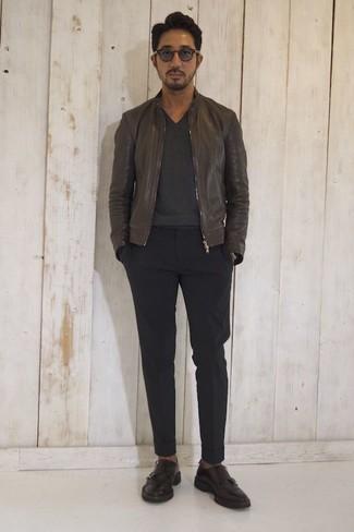Wie kombinieren: dunkelbraune Leder Bomberjacke, dunkelgrauer Pullover mit einem V-Ausschnitt, schwarze Chinohose, dunkelbraune Doppelmonks aus Leder