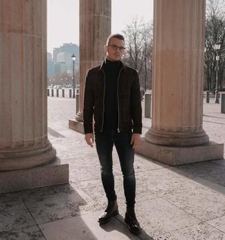Wie kombinieren: dunkelbraune Wildleder Bomberjacke, schwarzer Rollkragenpullover, dunkelgraue enge Jeans, braune Brogue Stiefel aus Leder