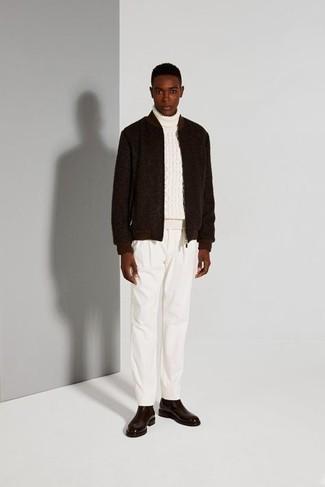 Dunkelbraune Wollbomberjacke kombinieren – 7 Herren Outfits: Paaren Sie eine dunkelbraune Wollbomberjacke mit einer weißen Chinohose für ein Alltagsoutfit, das Charakter und Persönlichkeit ausstrahlt. Machen Sie Ihr Outfit mit dunkelbraunen Chelsea Boots aus Leder eleganter.