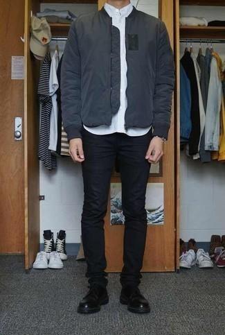 Schwarze enge Jeans kombinieren: trends 2020: Die Vielseitigkeit von einer dunkelgrauen Bomberjacke und schwarzen engen Jeans machen sie zu einer lohnenswerten Investition. Fühlen Sie sich ideenreich? Vervollständigen Sie Ihr Outfit mit schwarzen Leder Derby Schuhen.