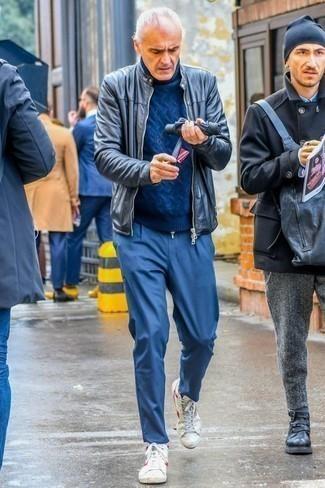 Dunkelblauen Strickpullover kombinieren: trends 2020: Tragen Sie einen dunkelblauen Strickpullover und eine blaue Chinohose für einen bequemen Alltags-Look. Wenn Sie nicht durch und durch formal auftreten möchten, komplettieren Sie Ihr Outfit mit weißen und roten hohen Sneakers aus Segeltuch.