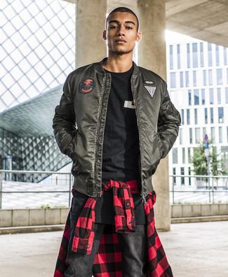 Wie kombinieren: dunkelgrüne Bomberjacke, rotes und schwarzes Langarmhemd mit Vichy-Muster, schwarzes und weißes bedrucktes T-Shirt mit einem Rundhalsausschnitt, schwarze Jeans