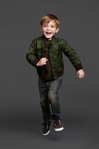 Wie kombinieren: dunkelgrüne Bomberjacke, dunkelbrauner Pullover, dunkelblaue Jeans, dunkelbraune Turnschuhe